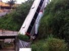Ônibus cai em ribanceira e deixa feridos em Juiz de Fora