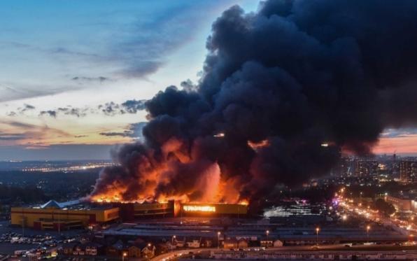Incêndio em shopping em Moscou leva à retirada de 3 mil pessoas