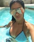 Simaria se refresca em banho de piscina com biquíni de crochê