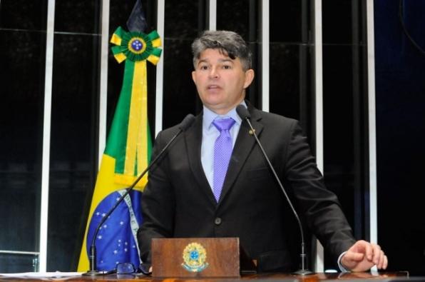 José Medeiros se queixa da alta das passagens aéreas