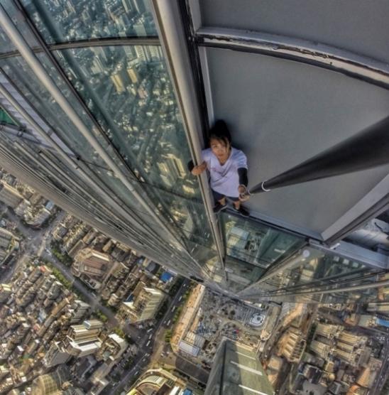 Chinês famoso por se arriscar em topos de prédios morre ao cair de 62º andar