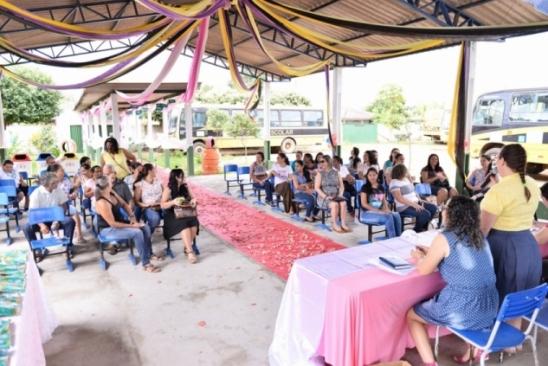 Professores e servidores são recepcionados pela direção da Escola Maria de Abreu, em Monte Negro