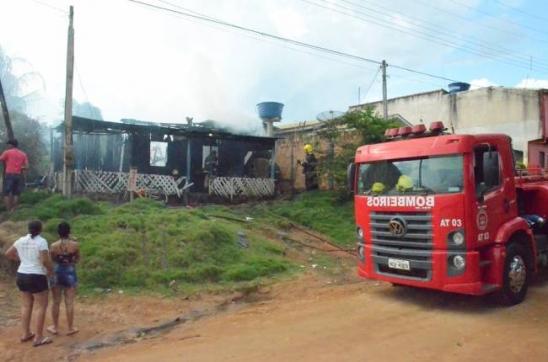 Buritis: Mulher ateia fogo em marido e chamas se alastram pela casa