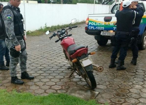 Patamo do 7º BPM recupera moto furtada e conduz casal suspeito