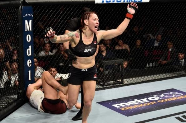 Cris Cyborg embolsa mais de R$ 1,6 milhão de bolsa após vitória no UFC 222