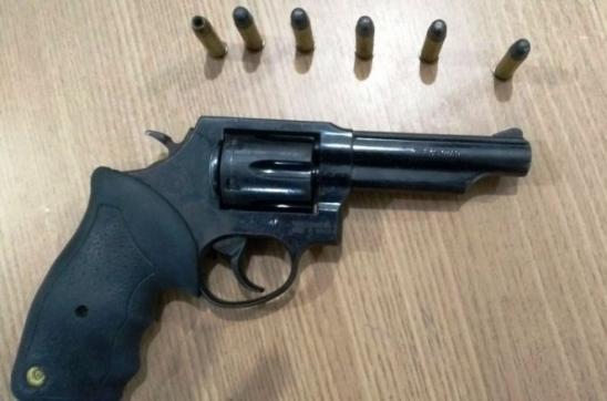 Homem com revólver é detido por policiais militares do 7º BPM
