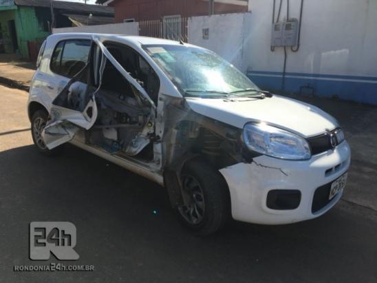 Empilhadeira rasga automóvel do PROERD, em Monte Negro