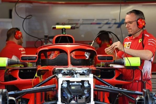 Ferrari tira aletas do Halo após veto da FIA, mas espelhos seguem conectados