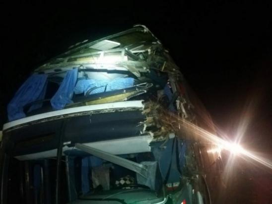 Colisão entre ônibus e caminhão mata uma passageira na BR-364