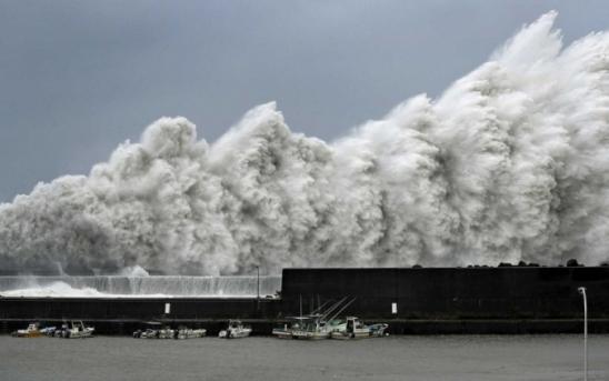 Tufão Jebi fecha aeroporto e faz petroleiro colidir com ponte no Japão