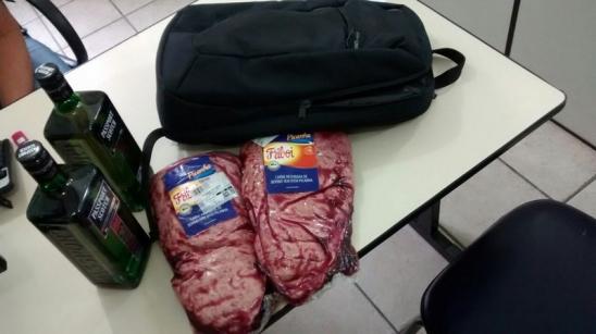 Mulher furta Uísque em supermercado e é presa ao retornar ao mesmo local para furtar carne, em RO