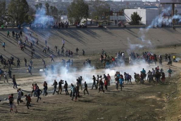 Forças de segurança dos EUA entram em confronto com imigrantes na fronteira com o México