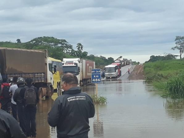 Devido a volume de chuvas, água cobre trecho da BR-364 em RO