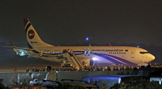 Passageiro tenta sequestrar avião com arma de brinquedo e é morto em Bangladesh