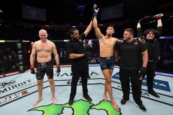 Walker e Munhoz ganham prêmio de R$188,7 mil após vitórias no UFC 235