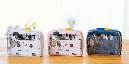 Empresa cria toca fitas portátil com suporte para fones de ouvido sem fio