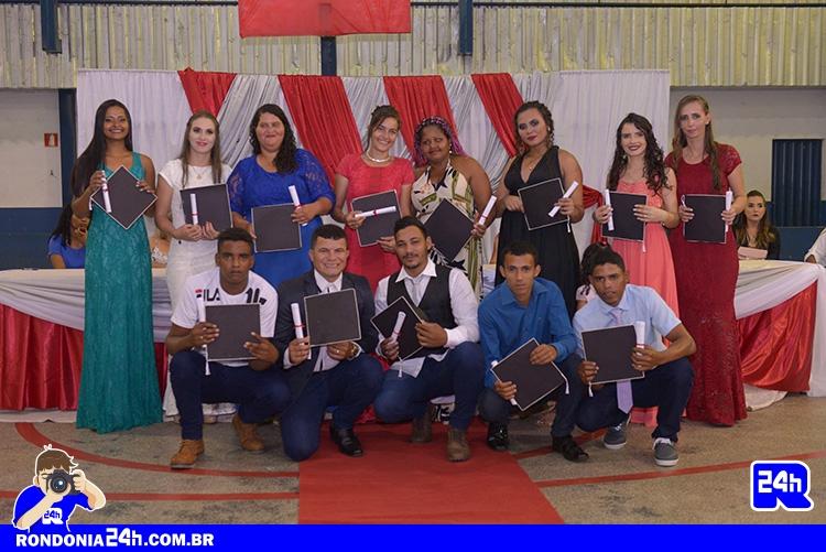 Formatura de alunos na Escola Mato Grosso