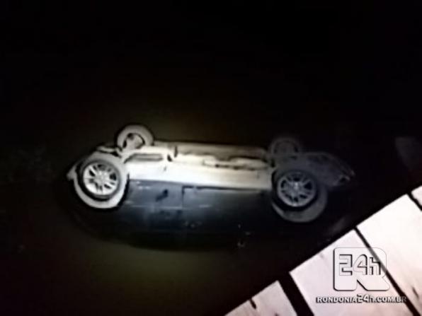 MONTE NEGRO: Motorista perde controle da direção e vai parar dentro de rio