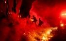 Bombeiros combatem incêndio no sul da Califórnia com ajuda de ventos mais leves