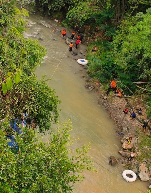 Ônibus cai em barranco na Indonésia e mata 27