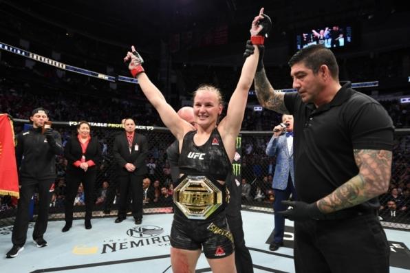 Valentina Shevchenko domina Katlyn Chookagian e nocauteia em crucifixo no UFC 247