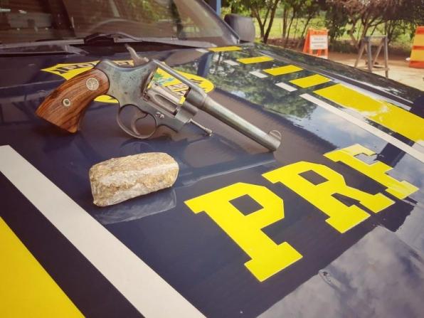 Guajará-Mirim/RO, PRF apreende um revólver e porção de maconha